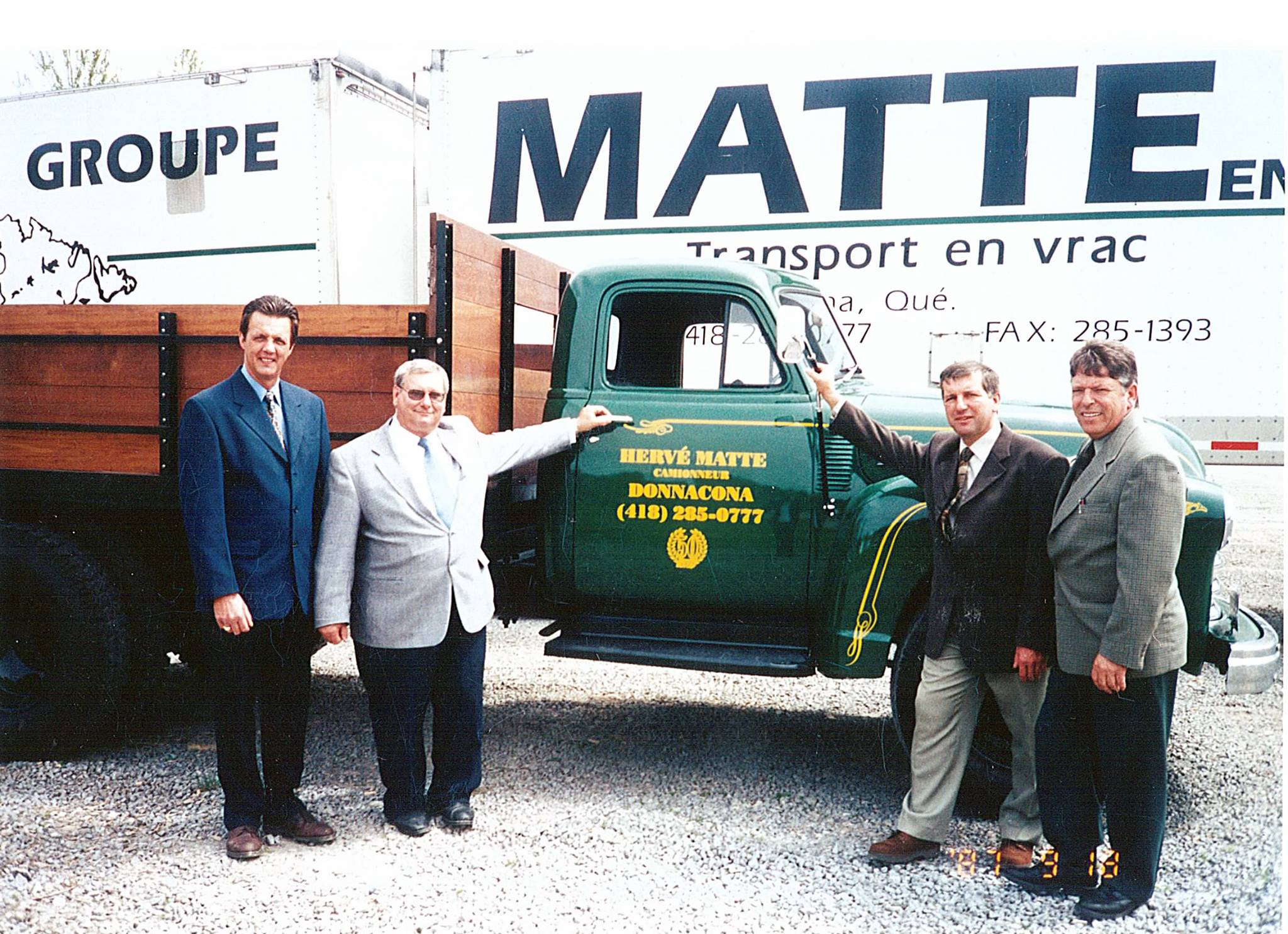 In-2001-tijdens-onze-50-e-verjaardag--Mannen-voor-de-replica-van-onze-eerste-truck-van-1951-gemaakt-van-een-oude-brandweerwagen-van-de-stad-donnacona--Mooi-werk