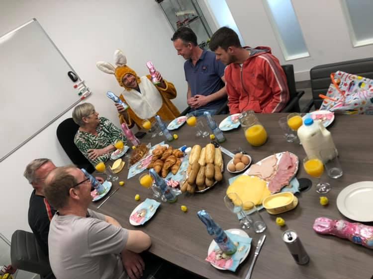 Paasbrunch-met-de-collega-s-van-kantoor-werkplaats-en-loods--Inclusief-paashaas--19-4-2019-