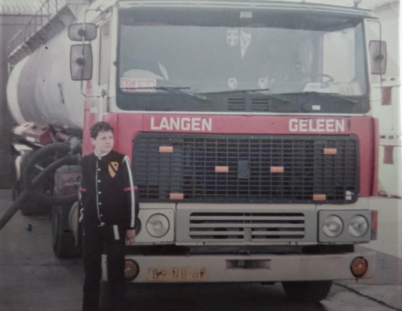 Riacherd-Obrusnik-toen-hij-12-jaar-was-in-Engeland.-en-nog-altijd-chauffeur-