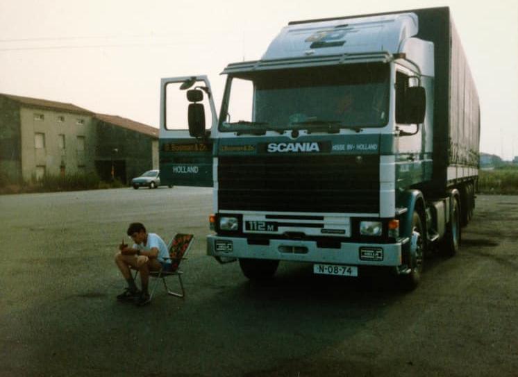 scania-Leo-Duinkerke--1986--Ergens-bij-modena-italie--Mn-pa-zn-laatste-nieuwe--Ik-15-in-mn-stoeltje-ernaast