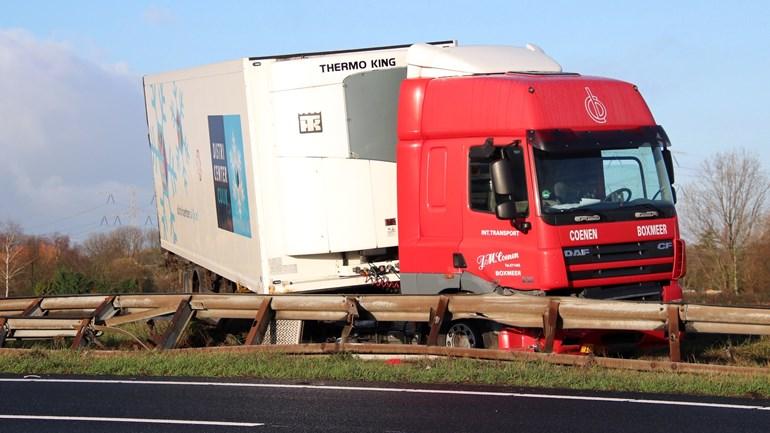 Vrachtwagen-belandt-achterstevoren-tegen-de-vangrail-in-de-middenberm-van-de-A58-