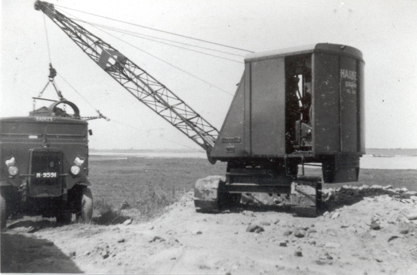 De-dragline-Rapier-tijdens-het-laden-bij-de-bisonbaai-de-Ooij-van-de-Leyland-Retriever-van-Haukes-Hans-Wegens-foto
