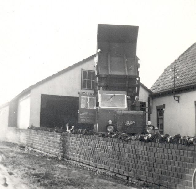 Foden-nr.6-dumpkipper-nog-bijna-nieuw-voor-de-oude-vooroorlogse-werkplaats-in-Kekerdom--Hans-Megens-foto-archief