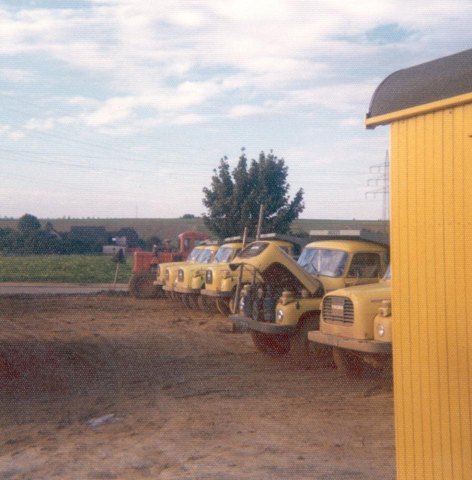 Han-Megens--Een-aantal-Tatra-138-S3-kippers-bij-het-Haukeskamp