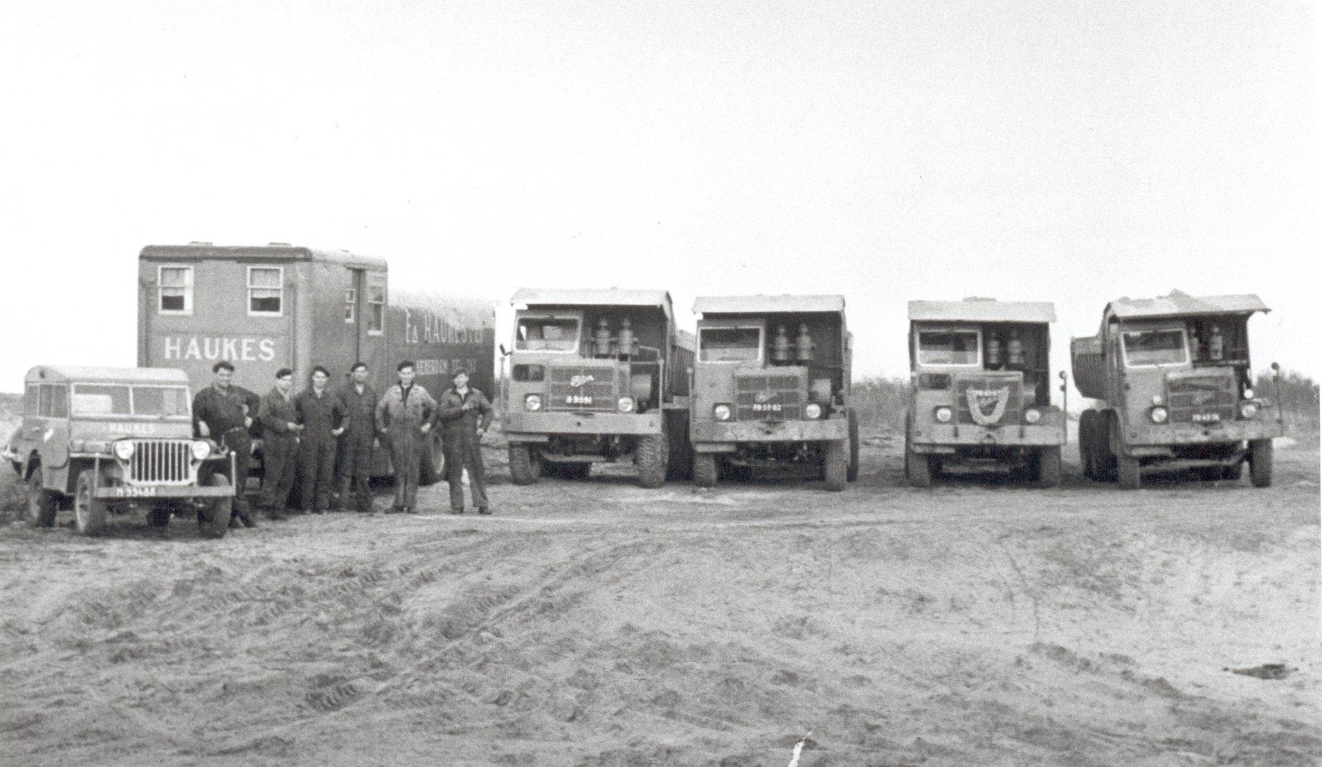 zand-rijden-bij-de-kalkzandsteenfabriek-in-lisse-foden-nr--17-8-9-6-en-de-slaap-en-materialenwagen--willie-haukes--gert-brandwijk--henk-janssen-albert-janssen-jan-van-haaren--arie-janssen
