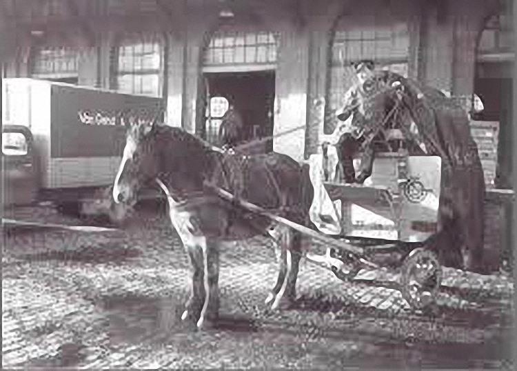 foto-van-Bert-Wolters-met-fotos-van-paard-Betsie--en-kar-en-menner-Dhr-Idink--in-Venlo