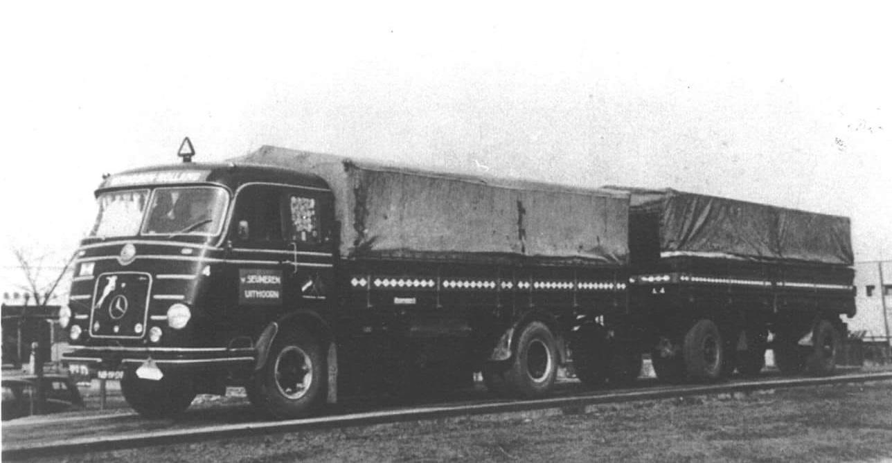 Wagen-40-NWM-Uithoorndeze-mooie-Mercedes-is-een-van-de-eerste-wagens-waarmee-Roedy-van-Seumeren-zijn-transportbedrijf-in-1956-in-Uithoorn-begon-Wim-Verneij-en-Joop-Houtkamp-chauffeur-1