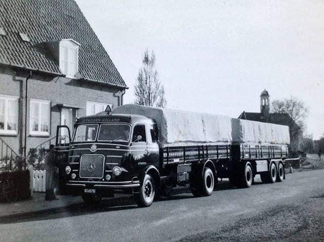 Wagen-40-NWM-Uithoorndeze-mooie-Mercedes-is-een-van-de-eerste-wagens-waarmee-Roedy-van-Seumeren-zijn-transportbedrijf-in-1956-in-Uithoorn-begon-Wim-Verneij-en-Joop-Houtkamp-chauffeur-2