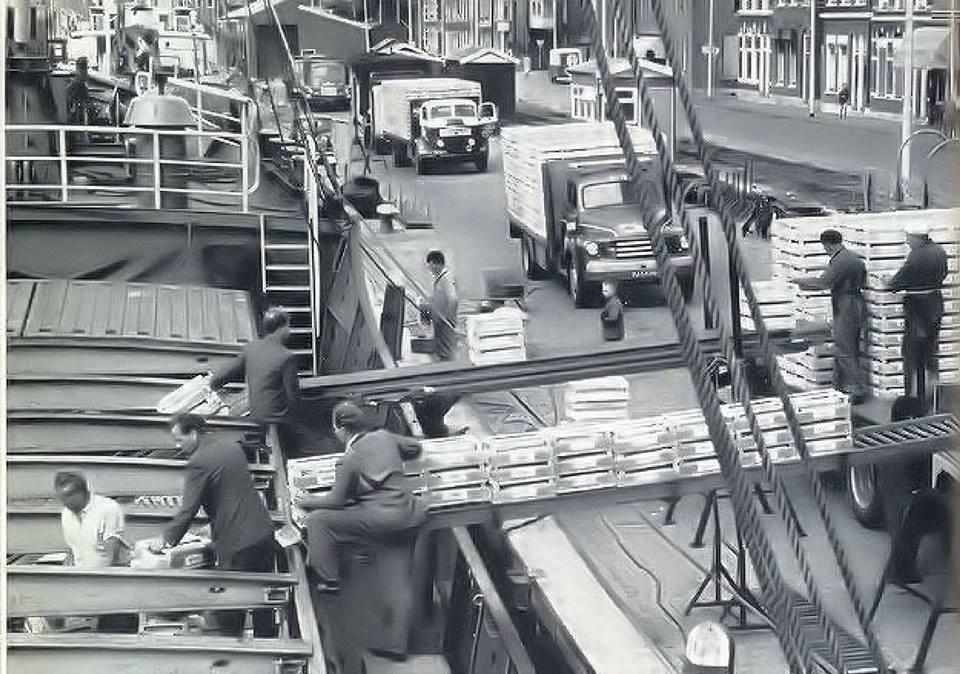 Commer-van-vader-Jan-Klapwijk-uit-Honselersdijk-staat-in-de-rij-om-te-lossen-in-een-schip-van-v--Geest-in-Maassluis
