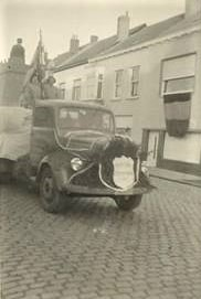 Mercedes--van-bij-ons-thuis--eind-jaren-50-geladen-met-hout-van-houthandel-Deweert-uit-Oostende
