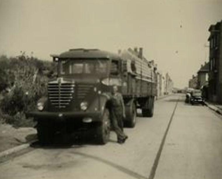Bussing-4x4-bij-ons-thuis-eind-jaren-50-met-hout-van-Deweert-uit-Oostende--Roland-archief-1