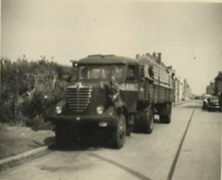 Bussing-4x4-bij-ons-thuis-eind-jaren-50-met-hout-van-Deweert-uit-Oostende--Roland-archief-2