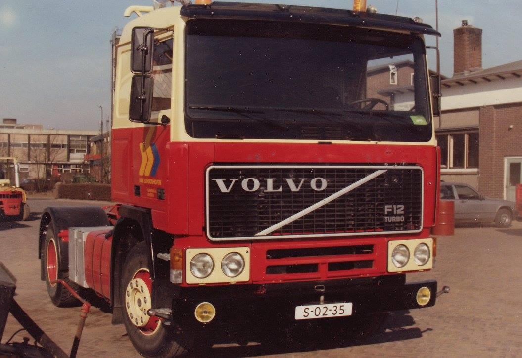Volvo-Eerste-van-een-reeks-nieuwe-Volvo--de-koplampranden-zijn-geel--deze-moesten-zwart-worden-anders-pastte-het-niet-in-het-geheel