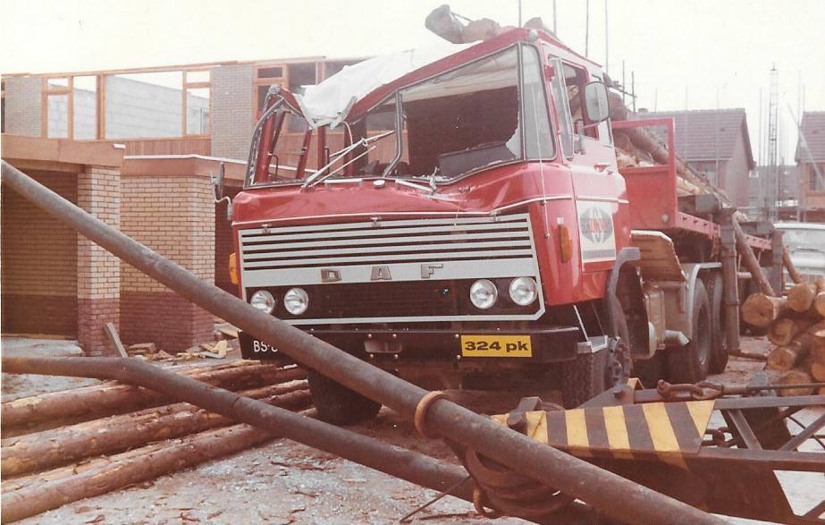 Z-DAF-2600--1-week-oud-toen-er-een-telekraan-omviel-Er-is-toen-in-Eindhoven-een-nieuwe-cabine-gemonteerd