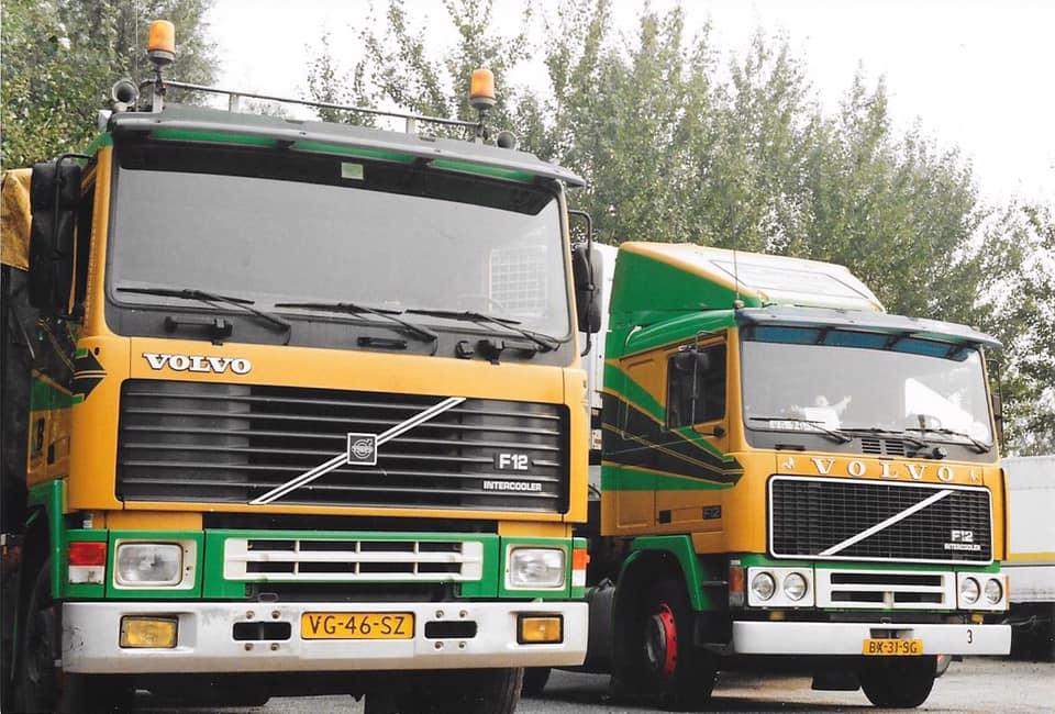 Rechts-de-BX31SG-waar-Herman-Shark-op-reed-zie-het-DDR-bordje-achter-het-raam.-Daarnaast-de-VG46SZ-met-aanhangervolgens-mij-kreeg-Willem-de-Jong-hem-nieuw