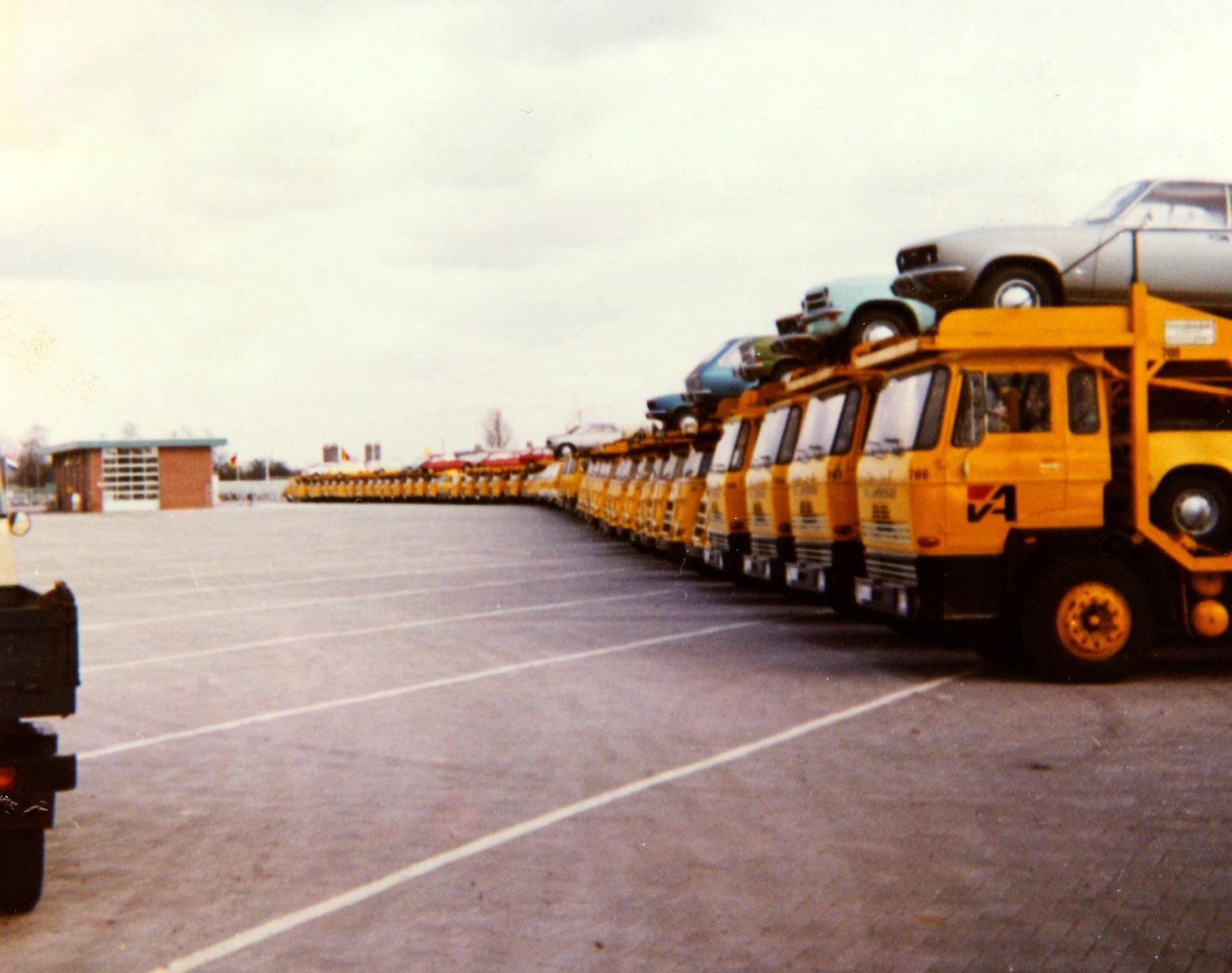 1970-strakke-rij-tijdens-de-opening-van-het-nieuwe-pand-aan-de-ambachtsweg-