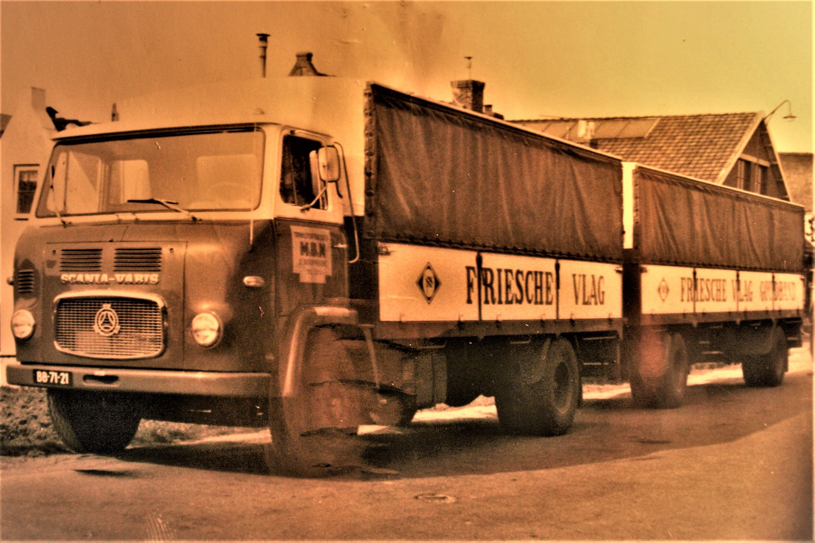 Deze-nieuwe-Scania-Vabis-met-RAF-aanhangwagen-is-in-de-60-er-jaren-gebouwd-voor-de-MBN-uit-St-Jacobiparochie-door-Rondaan-in-Beetgum