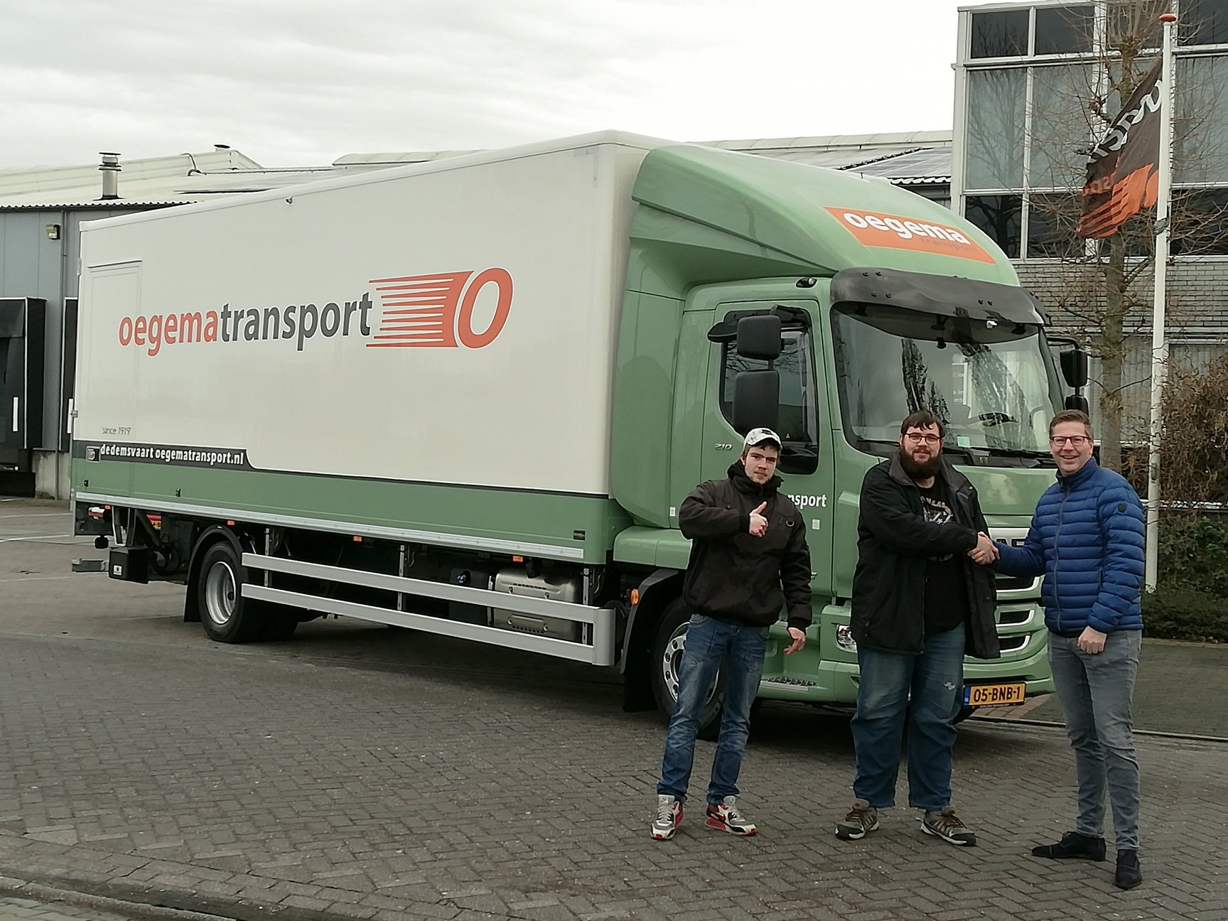 Richard-Alferink-en-Roy-de-Wolde-gaan-vandaag-voor-het-eerst-met-hun-nieuwe-bakwagen-de-weg-op--12-3-2019
