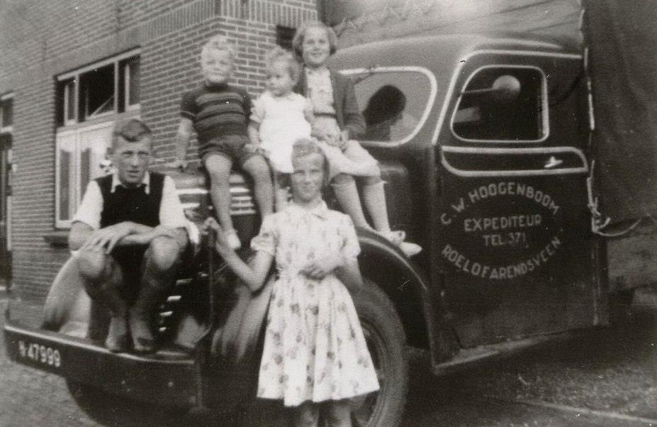 Die-kleine-in-het-midden-is-Anja-van-Rhoon--rechts-mijn-zus-Marth-
