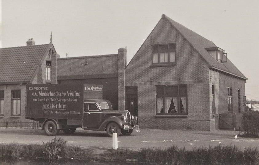 Martien-op-de-bumper-van-de-Ford--Westeinde-43--Vanaf-de-Voorstraat-