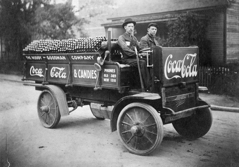 Herinnering-van-maandag-12-maart-1894-de-eerste-fles-coca-cola-wordt-in-de-verenigde-staten-verkocht.-Zij-zal-in-1950-in-frankrijk-aankomen