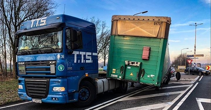 Trailer-schiet-los-in-Twente-N343-14-2-2019--