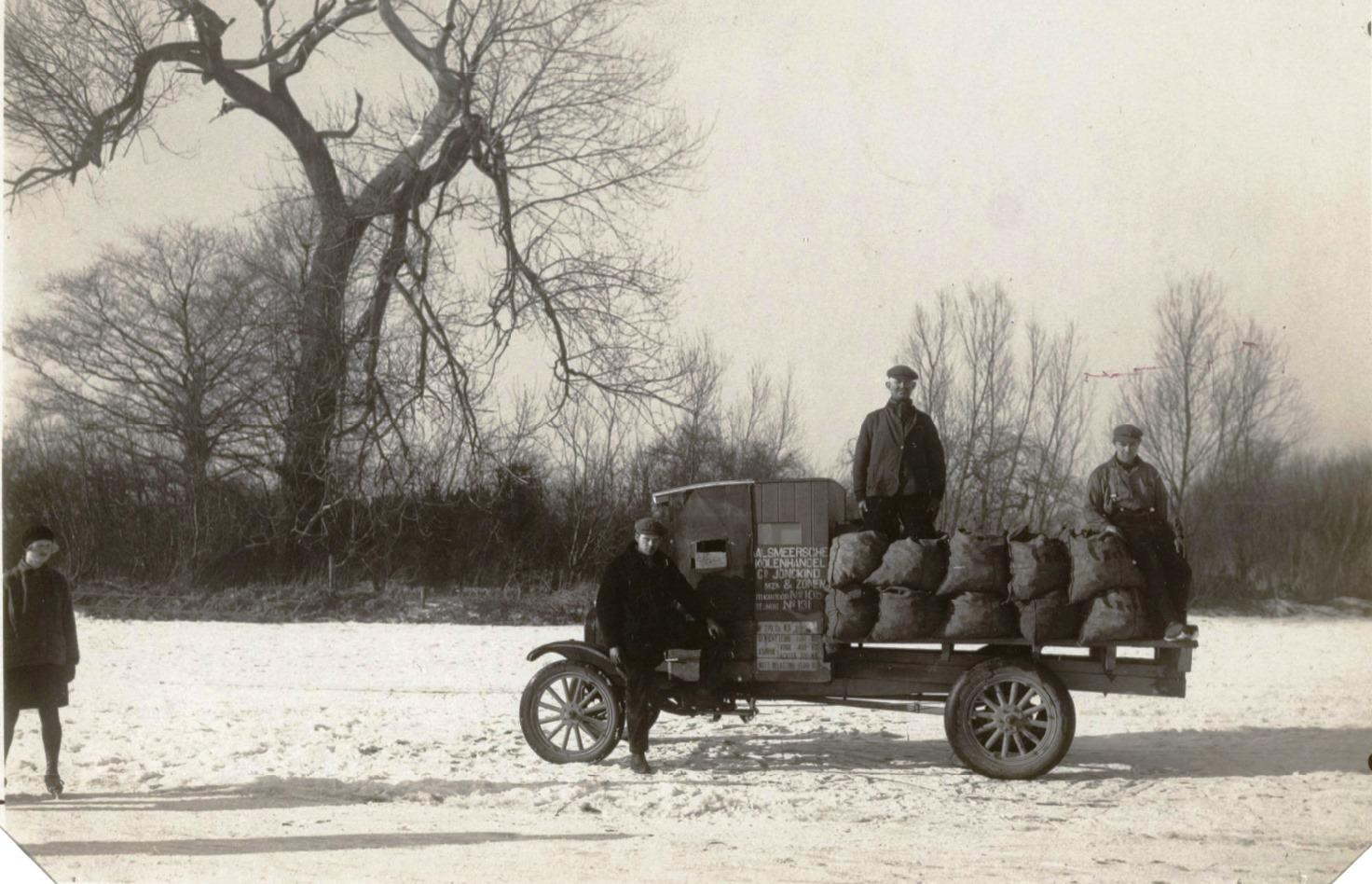 Brandstoffenvervoer-in-Aalsmeer-in-de-winter-van-1929--Vrachtauto-met-lading-ca.-2-500-kg