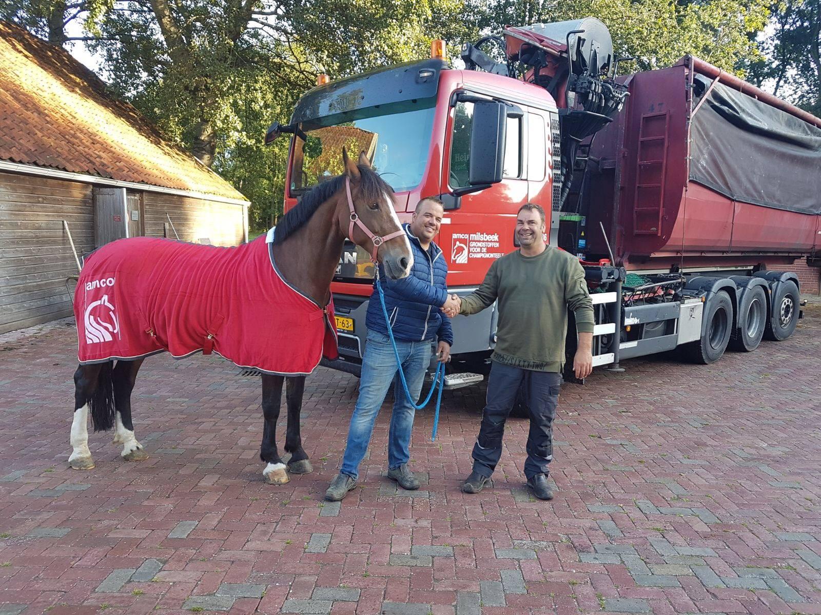 Chauffeur-Jacco-Wassenaar-Nog-een-enthousiaste-winnaar-van-een-AMCO-paardendeken-Pieter-Prins-van-Manege-Lipizza-Veendam