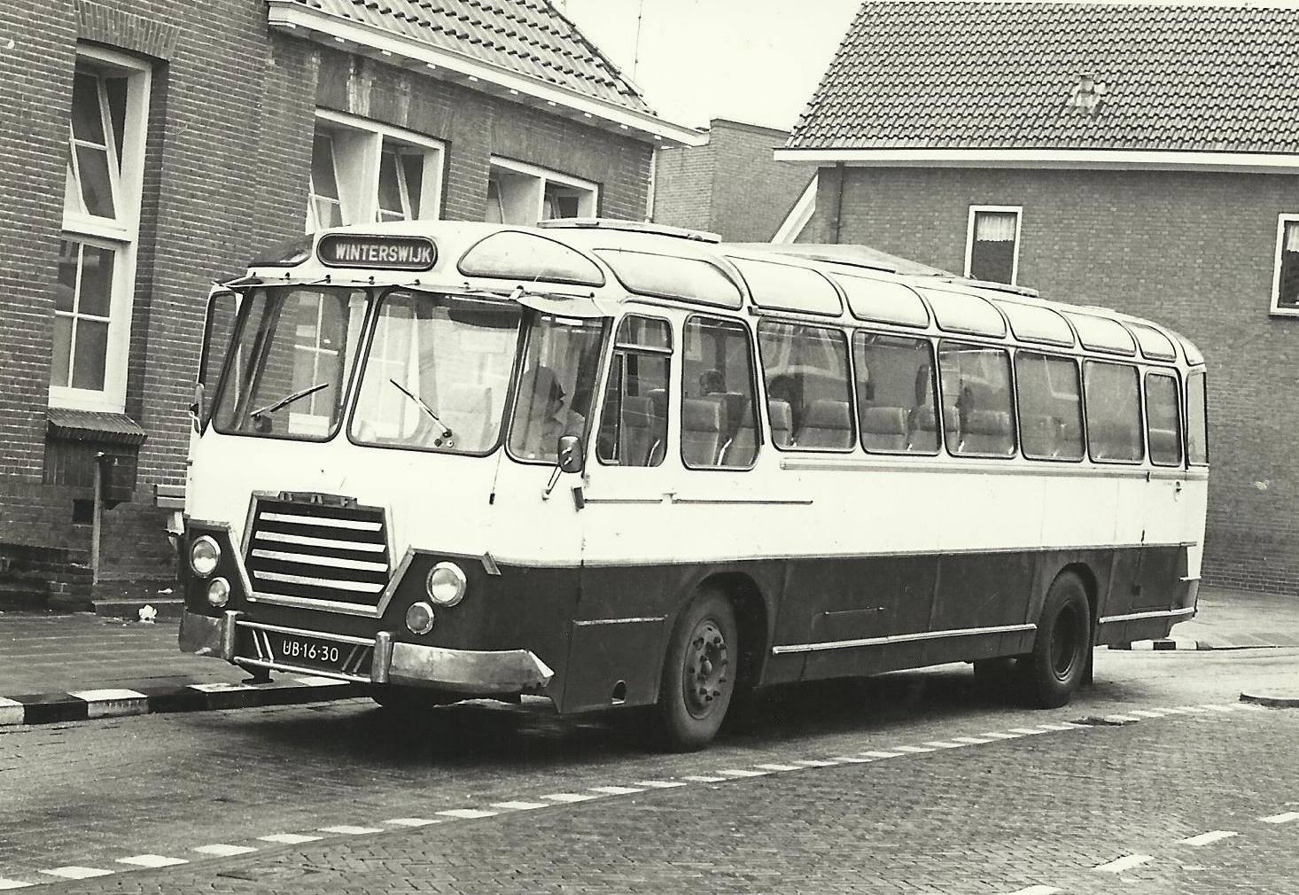 Bus-nr-16-bij--Nijverheidsschool---Aalten-1978-chauffeur-C-Ploos-van-Amstel-Carr-Kusters-Venlo-tot-1980
