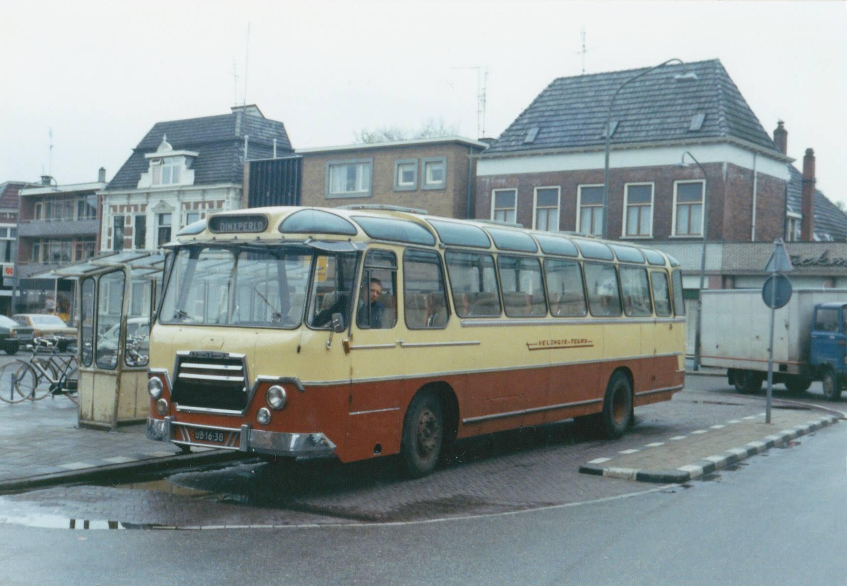 Bus-nr-16-op-de-markt-in-Winterswijk-begin-jaren-70-Chauffeur-Jan-Ebbeskamp