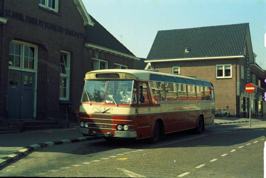 Bus-nr-17-bij-de-Huishoudschool-in-Aalten-1974
