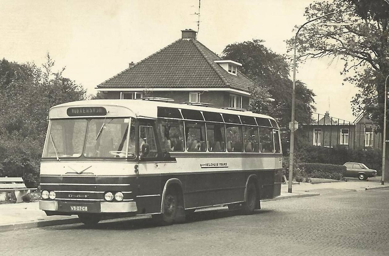 Bus-nr-17-halte-station-Aalten-1978-Deze-bus-werd-in-1962-nieuw-gekocht-en-was-de-trots-van-Veldhuis.-Later-dat-jaar-werd-deze-bus-nl-uitgeroepen-tot-mooiste-bus-van-Nederland