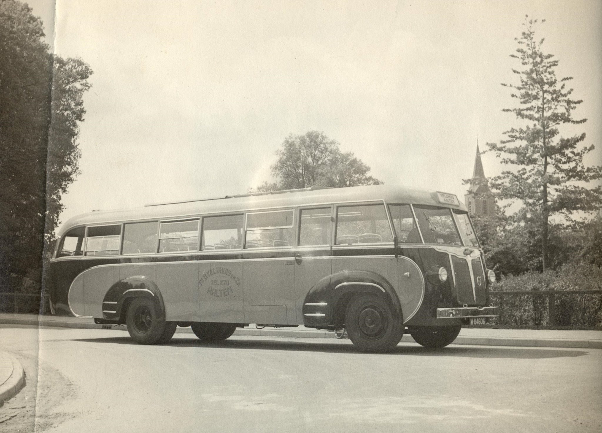 Bus-nr-2--De-eerste-bus-die-na-de-oorlog-weer-nieuw-gekocht-werd-bij-Hoekstra-in-Winterswijk-in-1949
