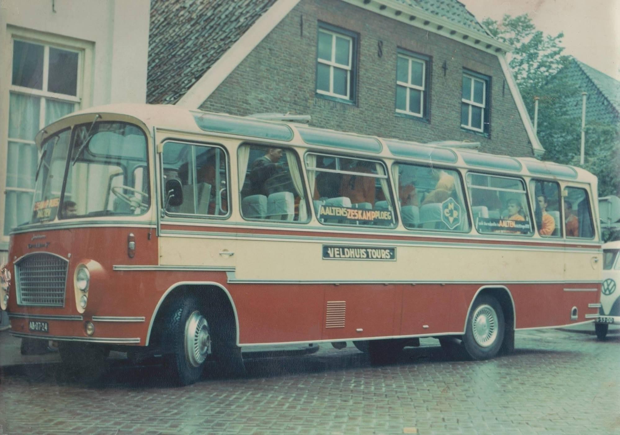 Bus-nr-20-met-de-ploeg-van-de-zeskamp-uit-Aalten-in-1968