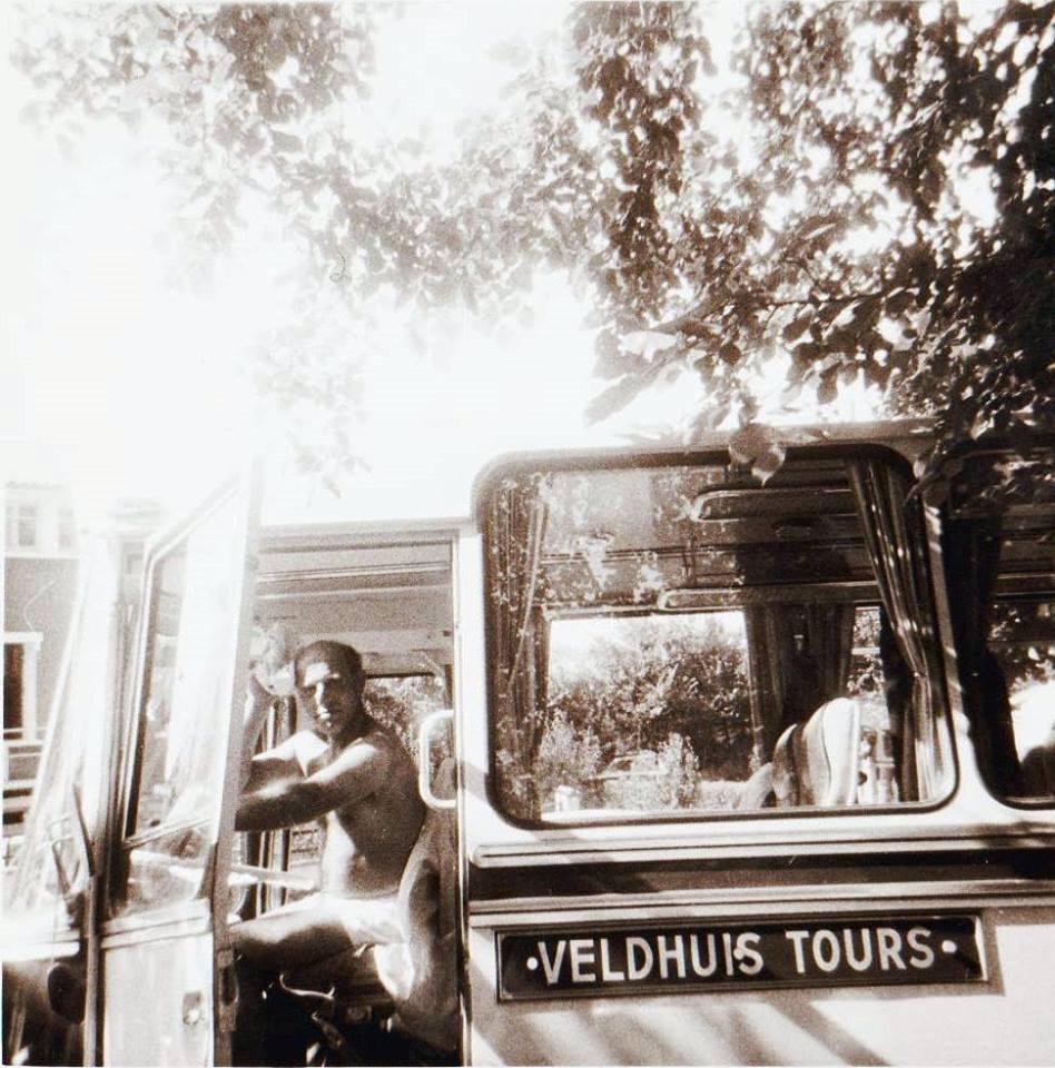 Bus-nr-21--Frankrijk-jaren-60-Nog-geen-airco-dus-aangepaste-werkkleding-was-de-remedie-tegen-de-warmte