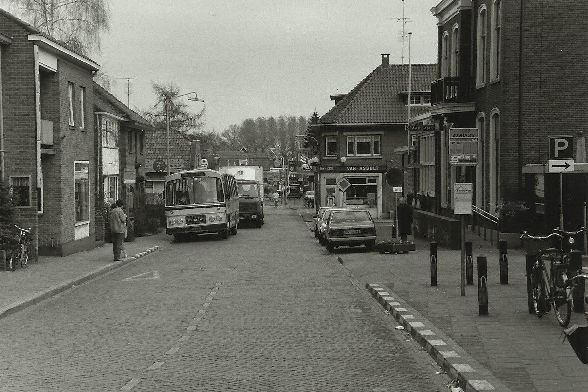Bus-nr-21-begin-1986-bij-halte-Postkantoor-in-Aalten--Na-juni-1986-is-de-lijndienst-door-het-centrum-vervallen-