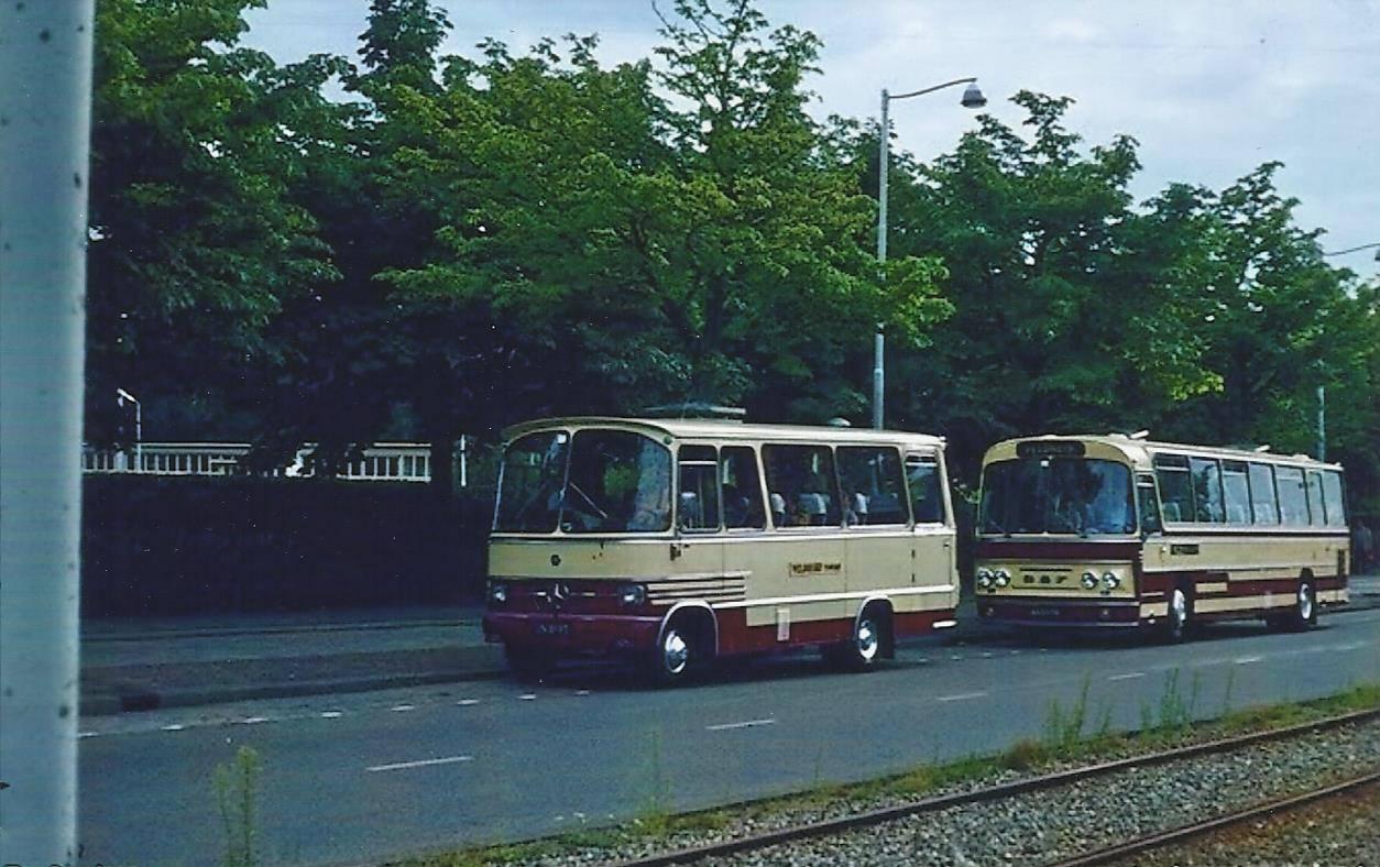 Bus-nr-22-en-bus-23-tijdens-een-dagje-uit--begin-jaren-70-