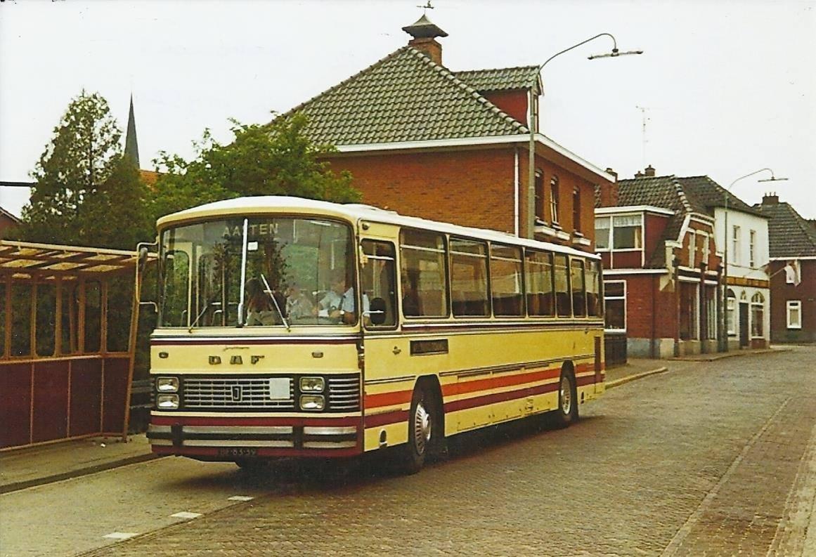 Bus-nr-24-bij-Halte-Munsterbrug--in-Bredevoort--jaren-80-chauffeur-Ebbeskamp