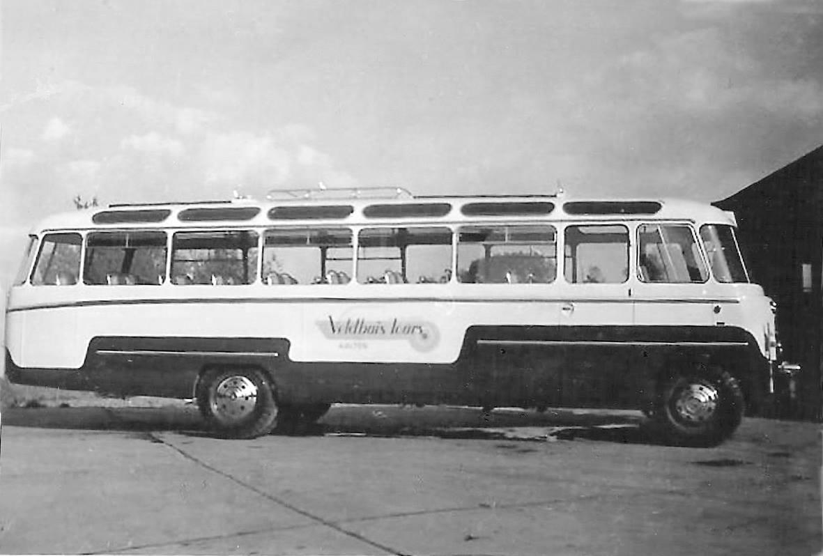 Bus-nr-6--een-Hoekstra--bouwjaar-1952-tot-1963-bij-de-garage-van-Veldhuis