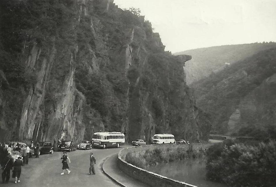 Bus-nr-9-en-10--bij-de-uitstekende-rots--genaamd--Bunte-Kuh--in-het-Ahrtal--Dagtocht-anno-1955