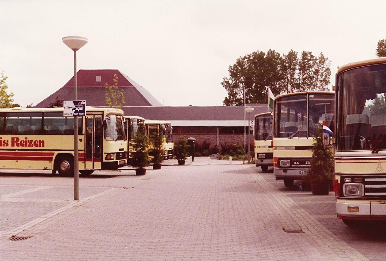bus-nr-27-28-en-29--Links-de-bussen-31-30-32-60-jaar-jubileum-2-6-1984