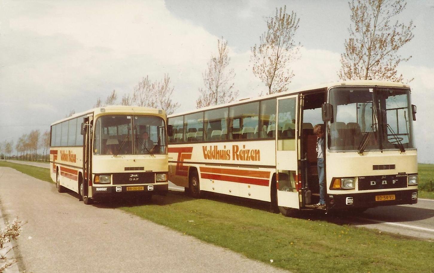 bus-nr-31--B--Veldhuis-in-de-nieuwste-aanwinst-onderweg-van-Smit-uit-Joure-naar-Aalten-1983--Rechts-bus-30-met-zoon-Bernie