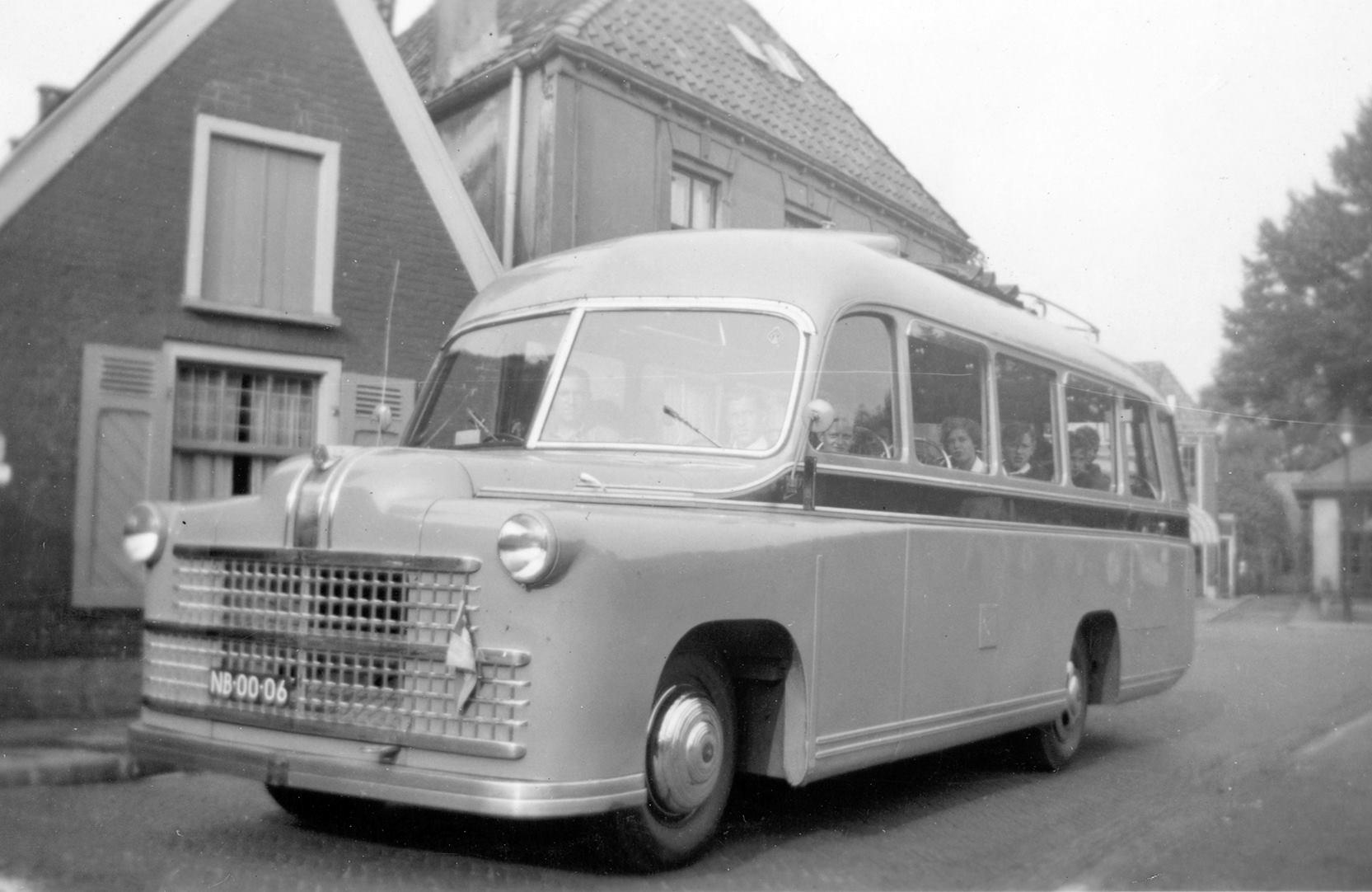 bus-nr-8-Dit-is-de-Bedford-uit-1949--Chauffeur--B--Kuiperij