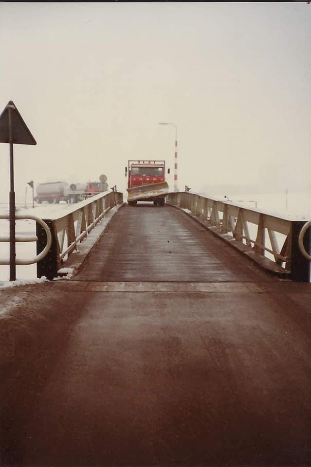 DAF--Mooie-foto-s-onder-winterse-omstandigheden--met-de-strooiwagen-die-de-weg-vrijmaakt-voor-de-rmo
