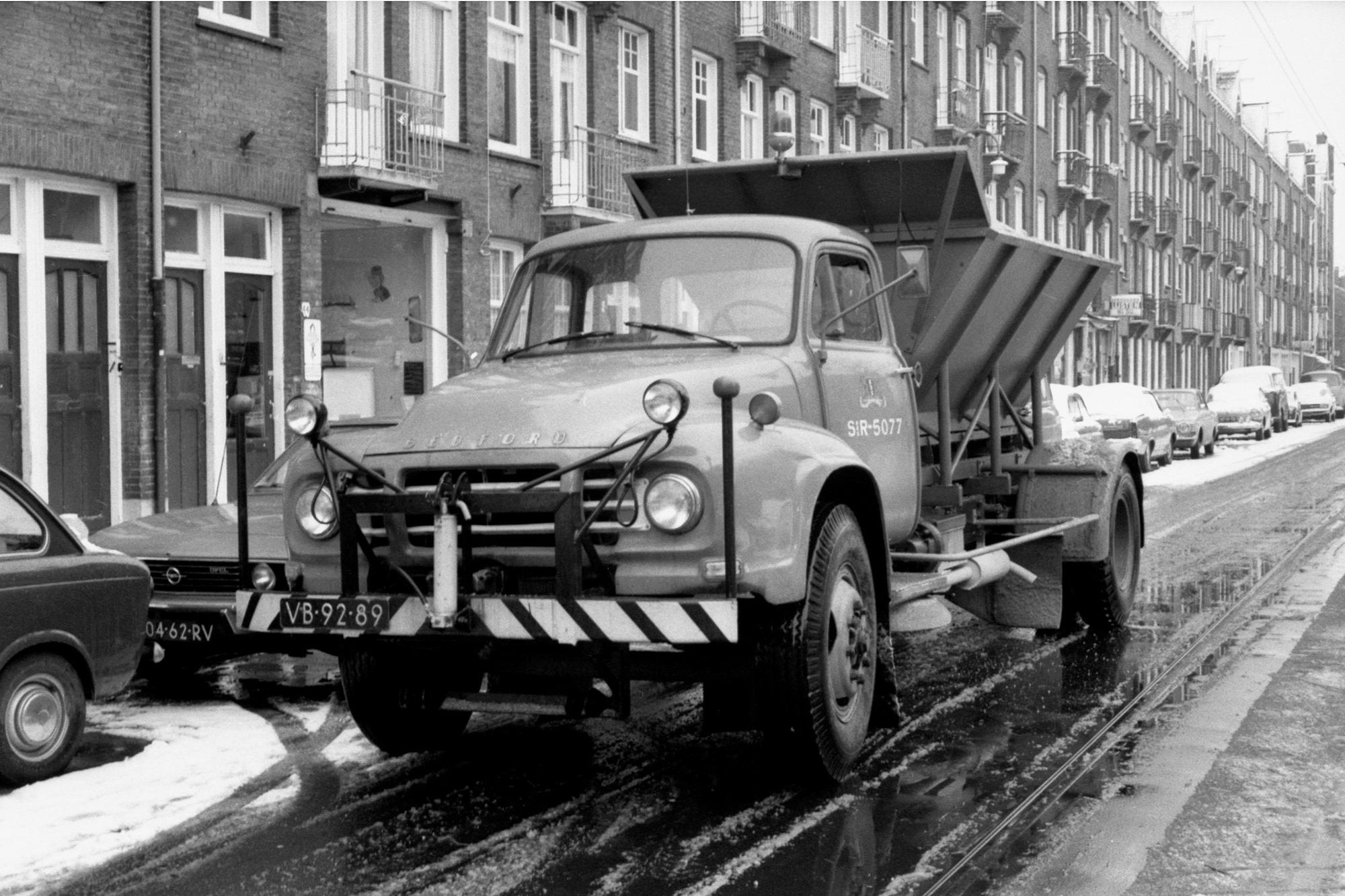 1974-Amsterdam-Vaartstraat-Strooidienst-SR-5077