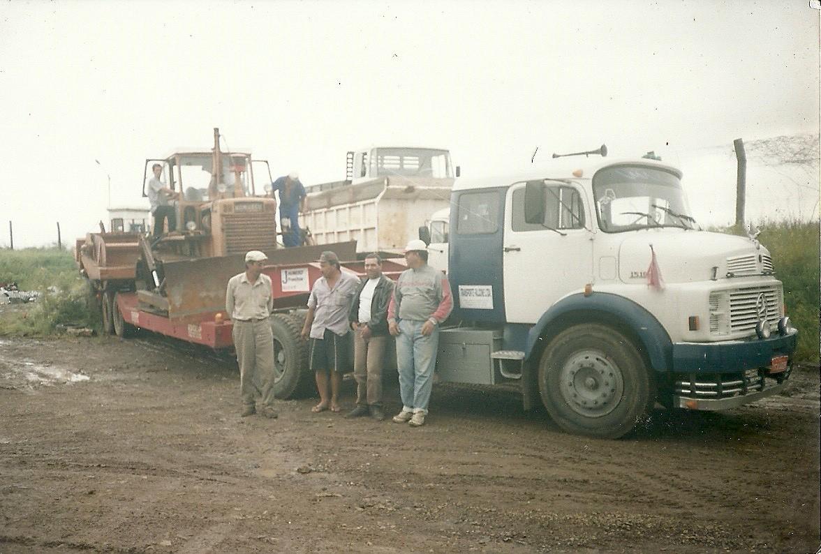 Jean-Bacedonio-Oud-bedrijf-van-uruguaiana--het-witte-shirt-zonder-pet-is-mijn-vader--midden-jaren-90-begin-2000