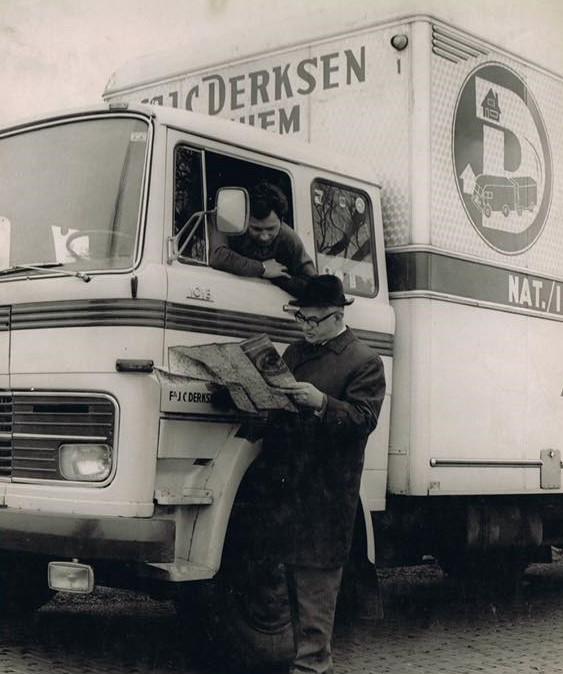 Mercedes-1113-de-route-aan-het-bekijken-2