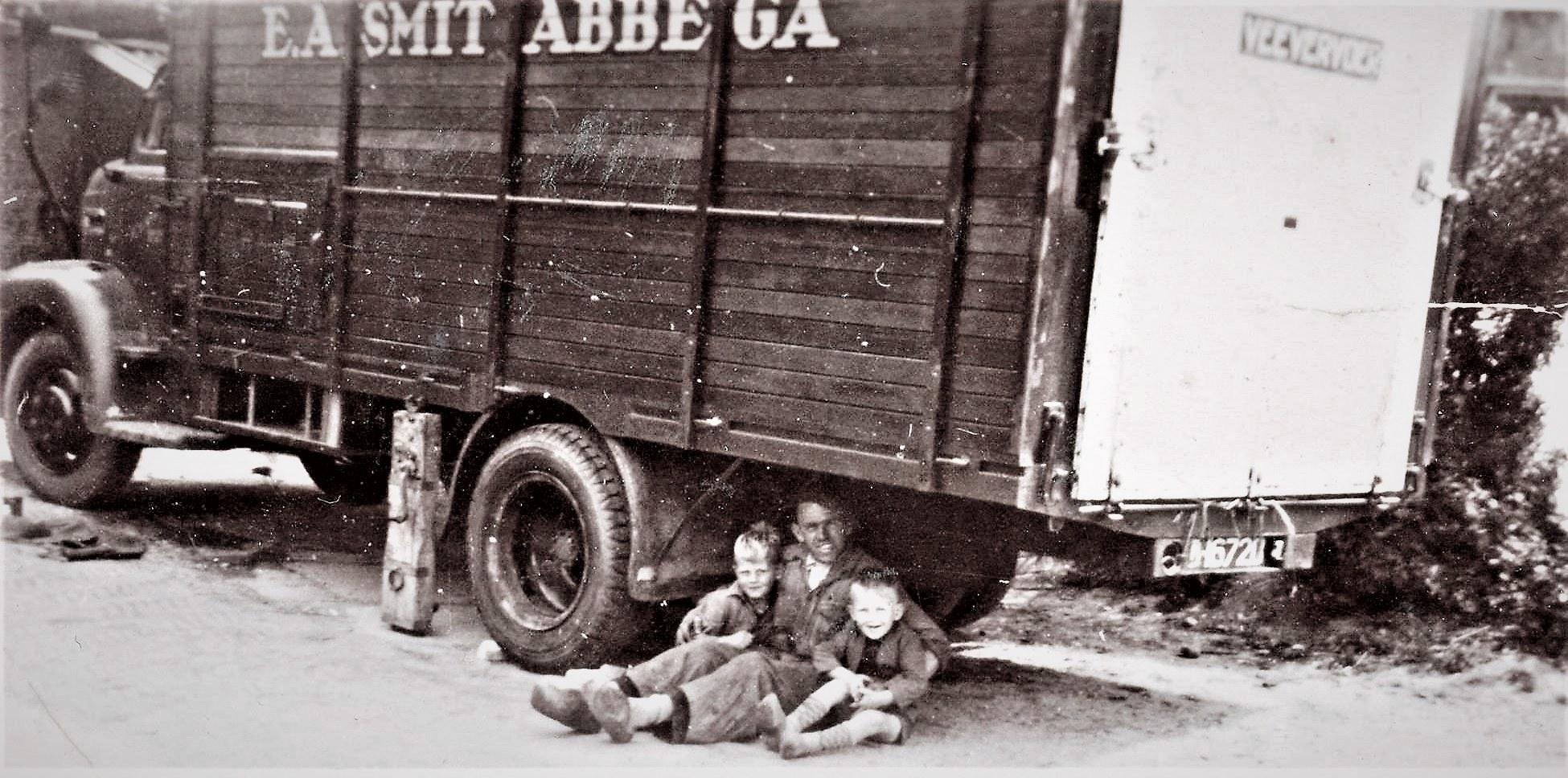 Onder-de-vrachtwagen-zit-chauffeur-Jan-Otter-met-een-paar-kinderen-Klaes-Fritsma-archief