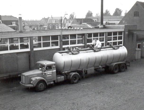 Teun-Kweekel--22-10-1969--Jawico-uit-Pijnacker-lost-aanvullingsmelk-bij-QUAK-MELK-Zuidland