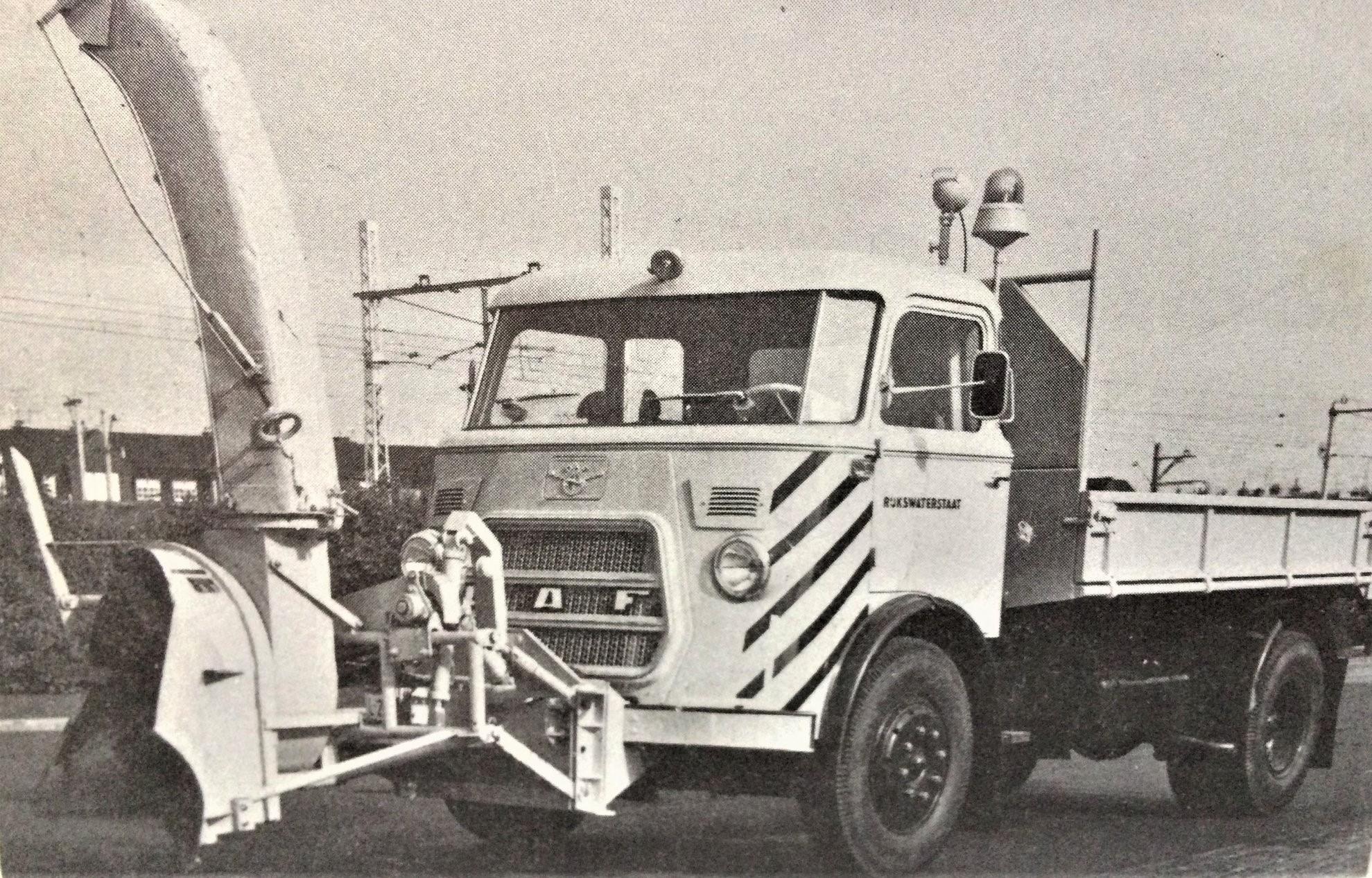 DAF--kipper-met-sneeuwfrais-van-Rijkswaterstaat-van-1965--Lolle-Rondaan-archief